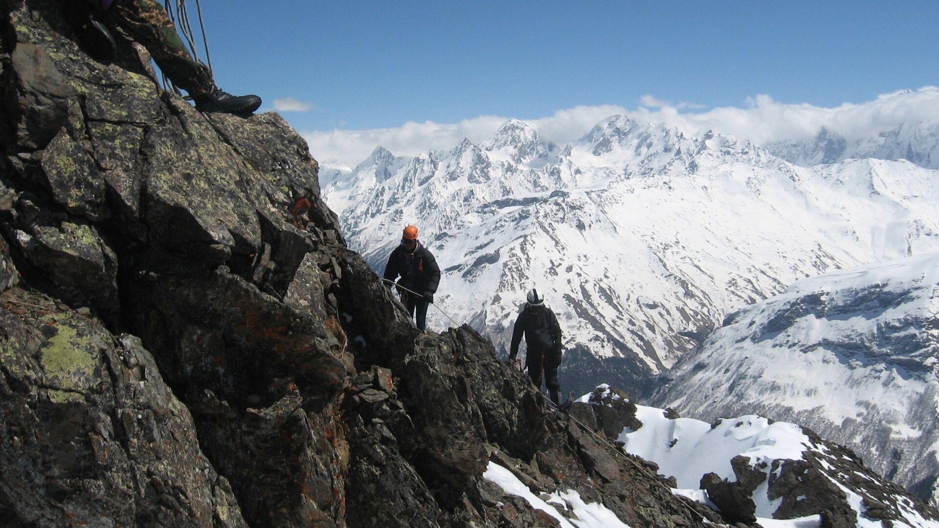 Gli alpinisti salgono verso la cima dell'Elbrus - Sputnik Italia, 1920, 24.09.2021