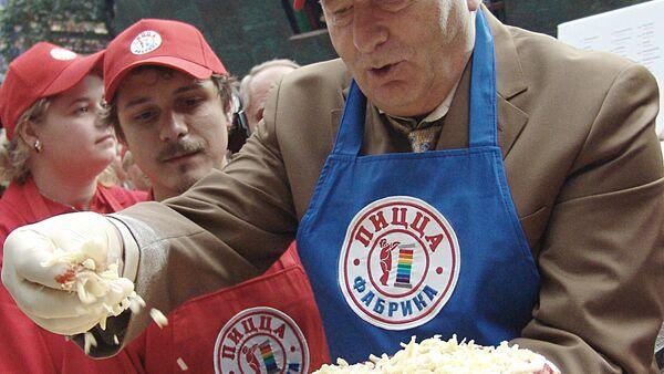 Il politico russo Vladimir Zhirinovskij sta cucinando di stragrande pizza Mosca - Sputnik Italia