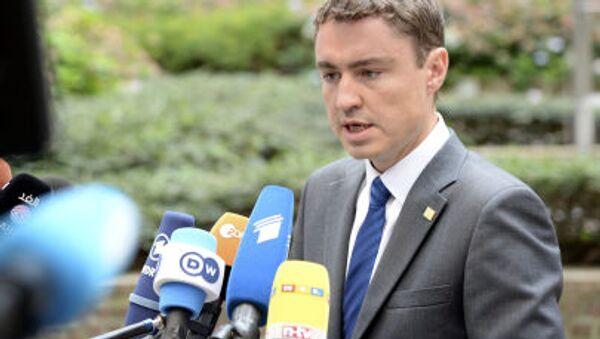Il primo ministro Taavi Roivas  insieme al presidente estone ha indossato nastri di colore giallo per indicare il proprio sostegno a Kohver. - Sputnik Italia