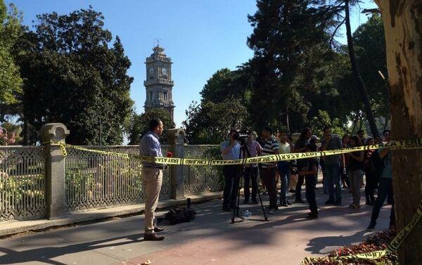 Giornalisti dietro le transenne nella zona degli spari vicino al palazzo Dolmabahce. - Sputnik Italia